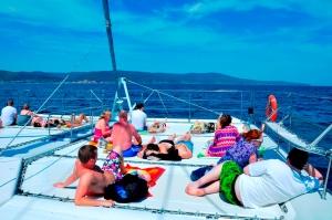Runt 30 pers på en katamaran, mitt ute på Svarta havet, omgiven av delfiner och så mycket mat och dricka man orkar. En vanlig dag på jobbet.