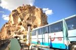 Ett av de första stoppen var denna gigantiska klippa, som folk har använt som bostad. Med den ökända blå TUI-bussen.
