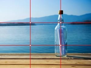Objektet i fotot - flaskan - följer en av linjerna i gyllene snittet. Bergen i bakgrunden ligger inte mitt i bilden, utan en tredjedel in uppifrån.