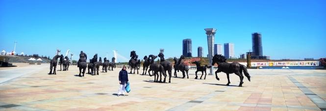Hur coolt är inte detta konstverk, bestående av en massa hästar i naturlig storlek?