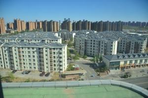 Öde hus. De flesta byggnader har någon enstaka invånare, men allt för många lägenheter står helt tomma.