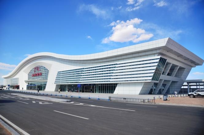 Dongsheng tågstation utanför Ordos. Stor och modern, men den ligger långt ute i ödemarken.