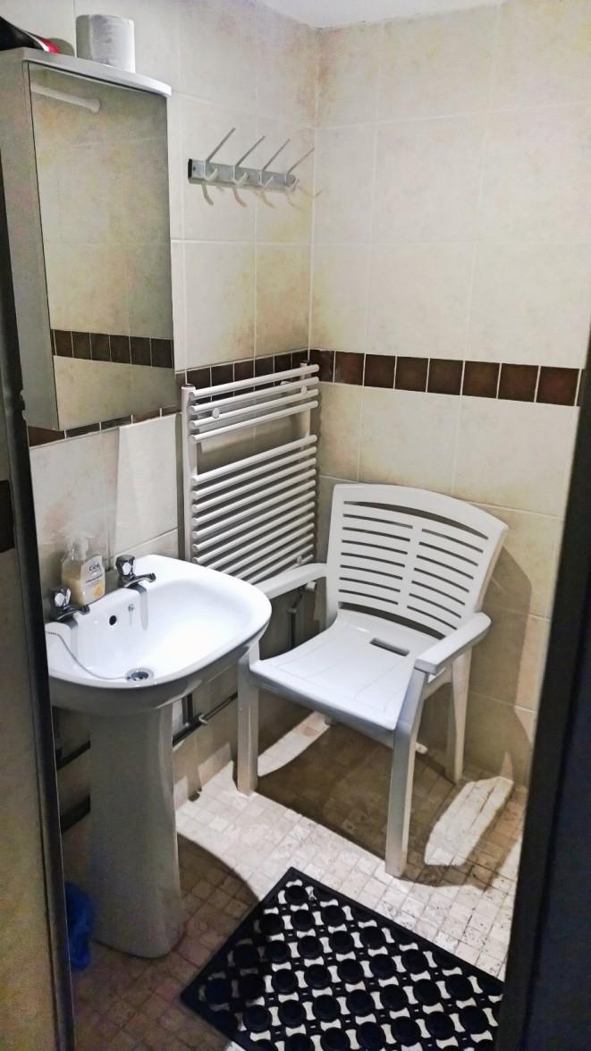 Badrummet. Vi har två men bara en dusch, vilket fungerar förvånansvärt bra. Det är väldigt sällan det är kö.