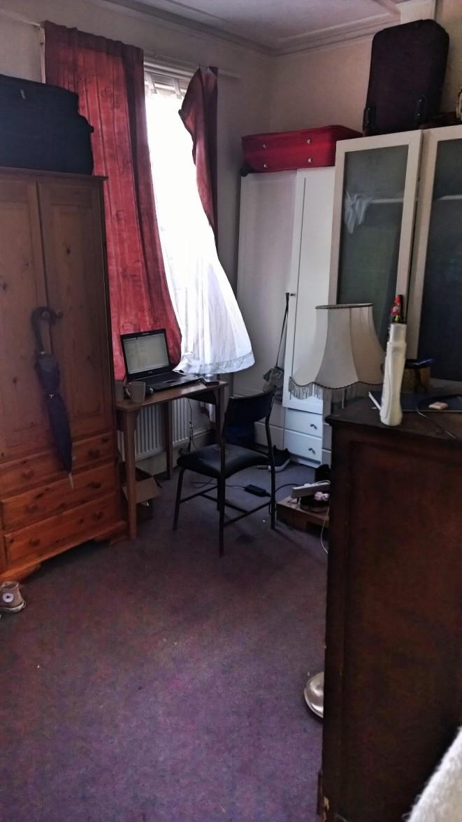 Ett av tjejernas rum - vi är lika många killar som tjejer men där vi bara har ett stort sovrum har de fyra små.